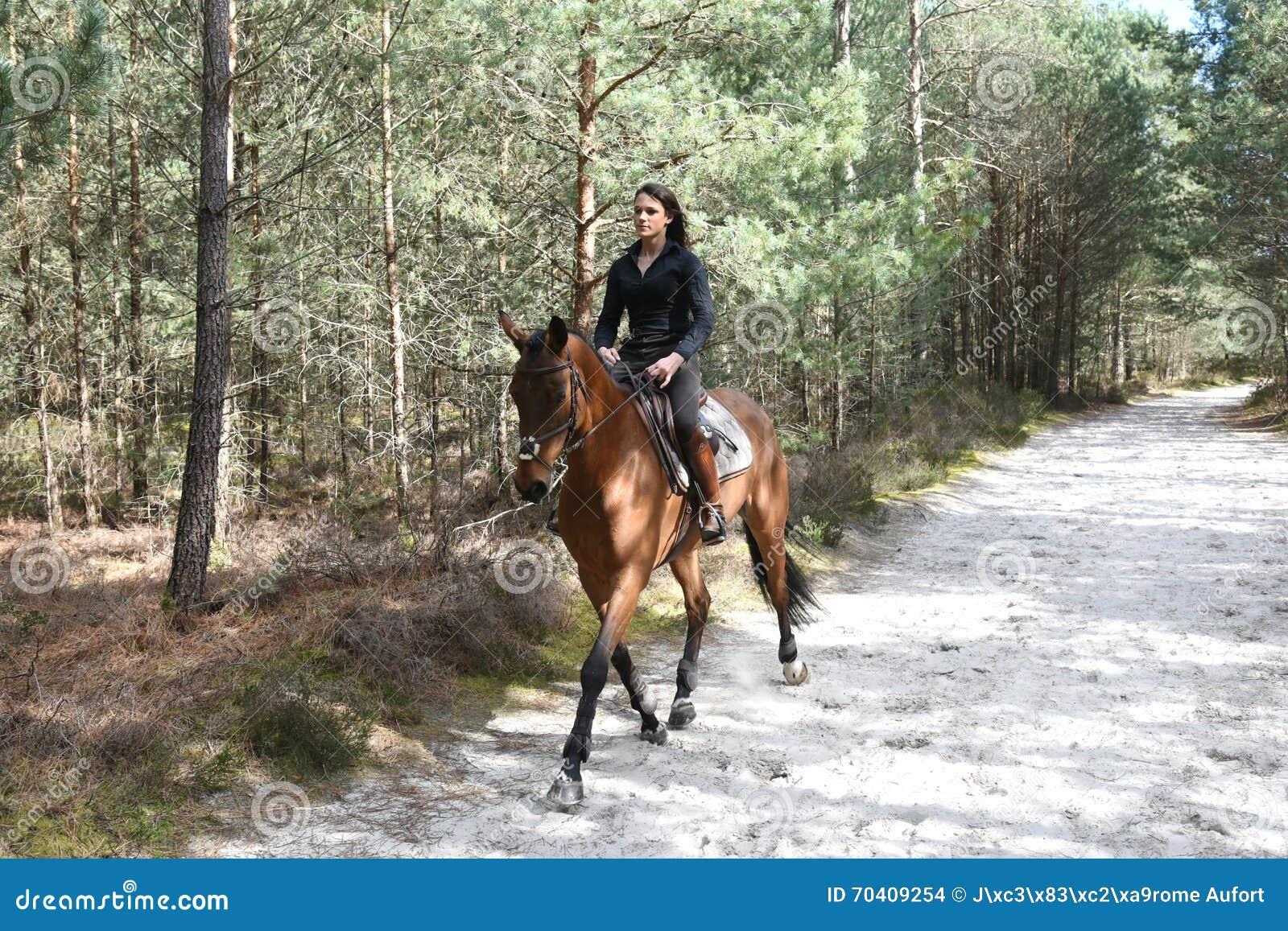 Ung ryttare i skog