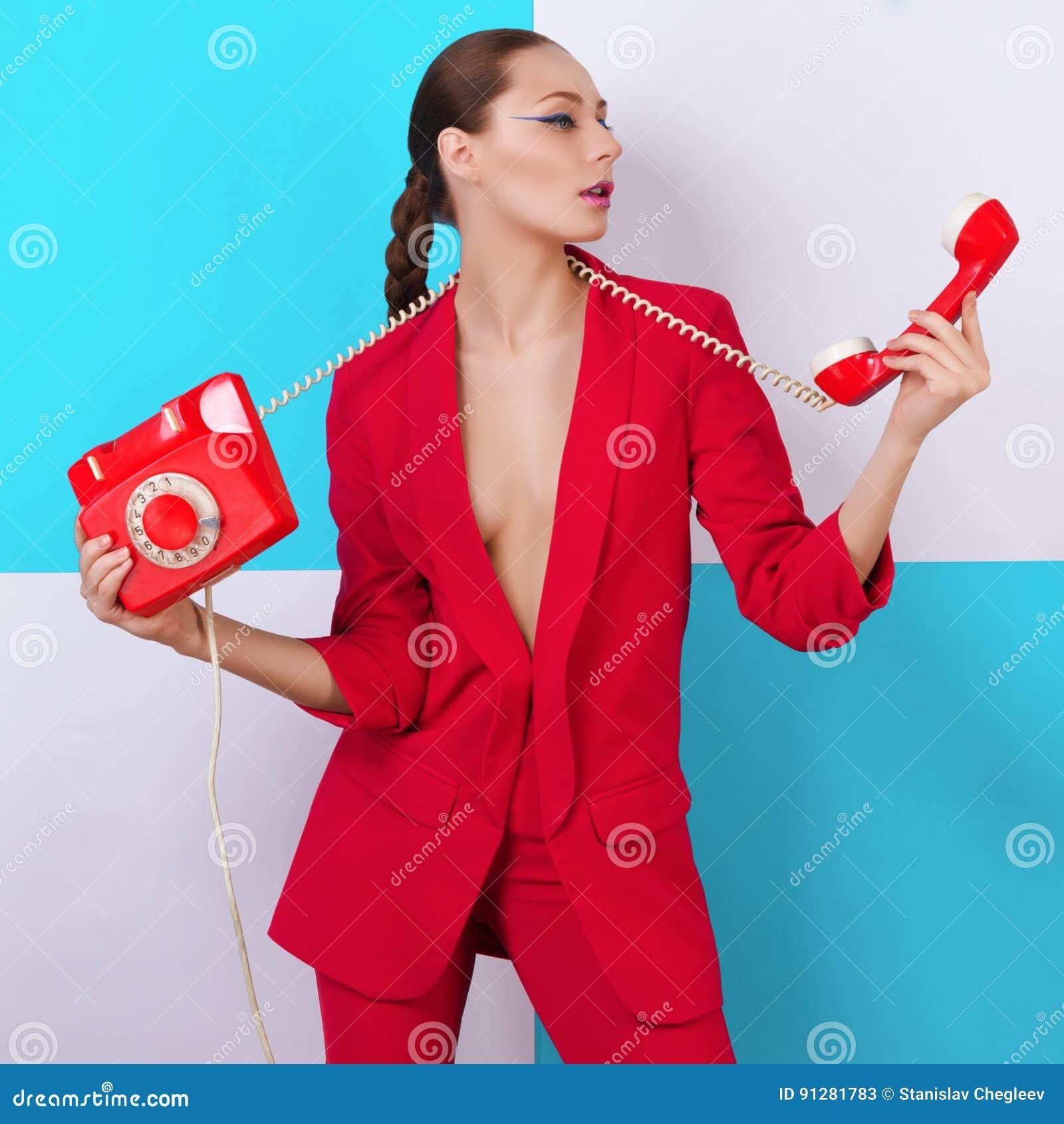 Ung sexig kvinnakvinna för trendig stående