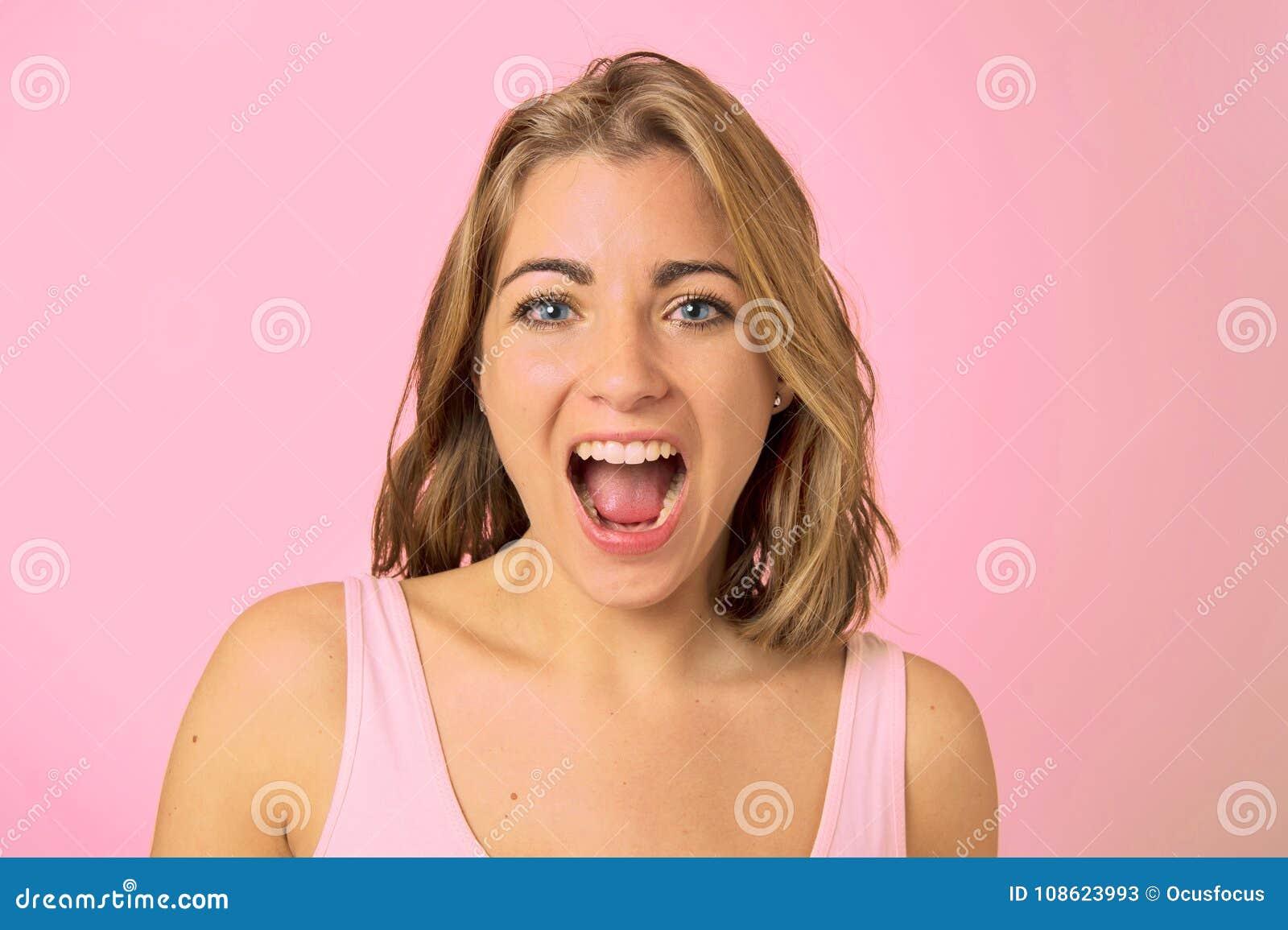 Ung sexig och nätt Caucasian flicka på hennes 20-tal med blåa ögon a