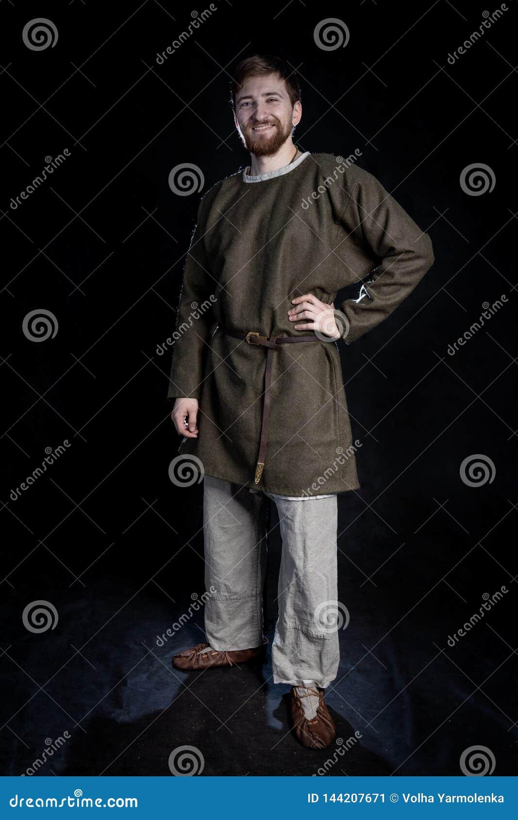 Ung skäggig man i tillfälliga kläder av le för viking era