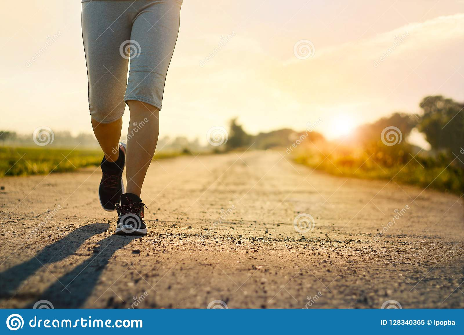 Ung spring för konditionkvinnaslinga på den lantliga vägen i sommar