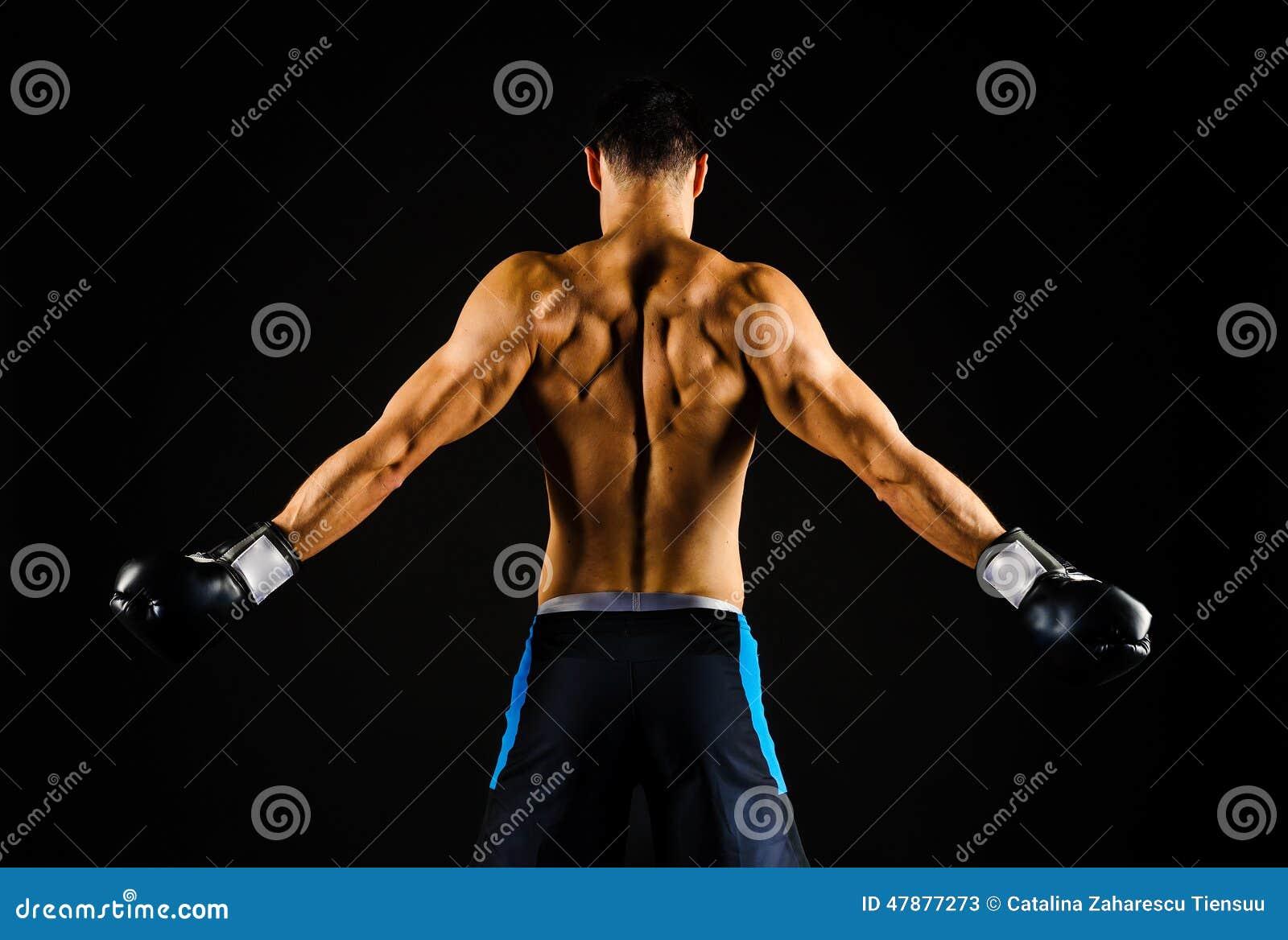 Ung stark boxare med boxninghandskar