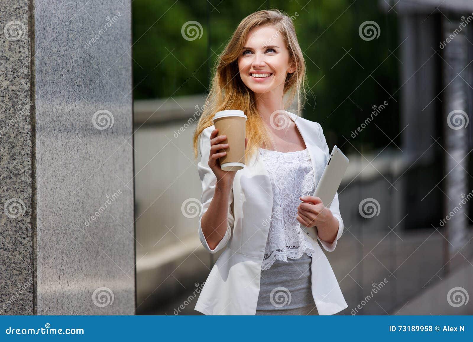 Ung stilfull kvinna med kaffe