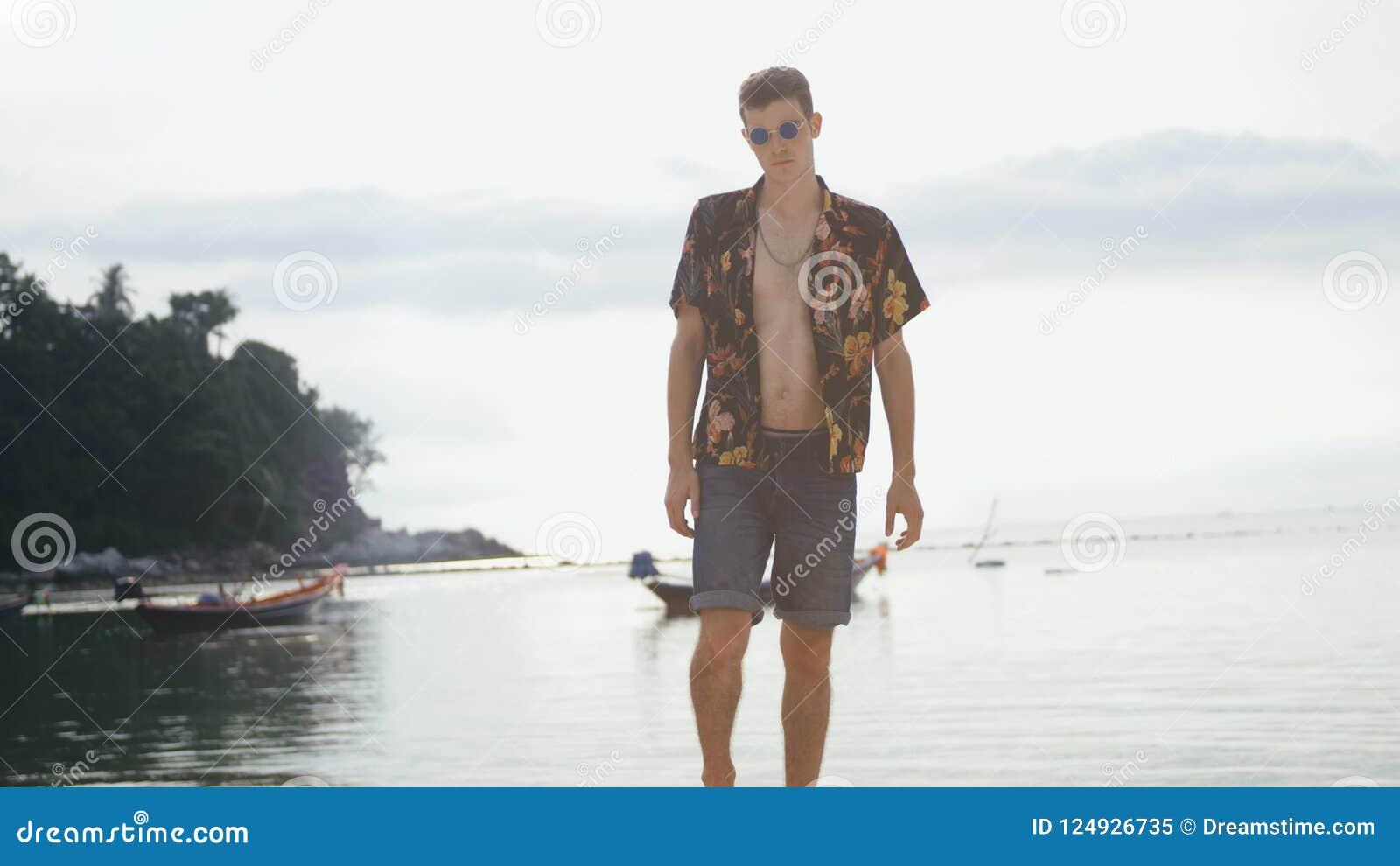 Ung stilfull man på bakgrunden av havet på fartyg