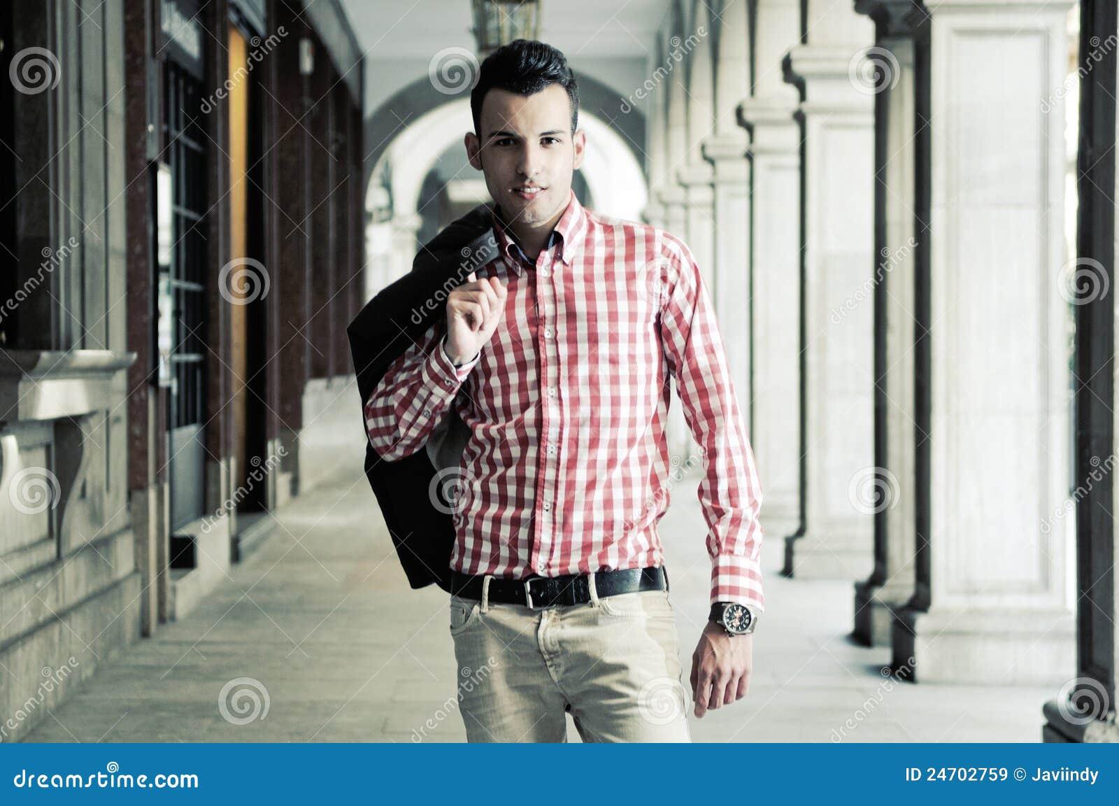 Ung stilig man, modell av mode i gatan
