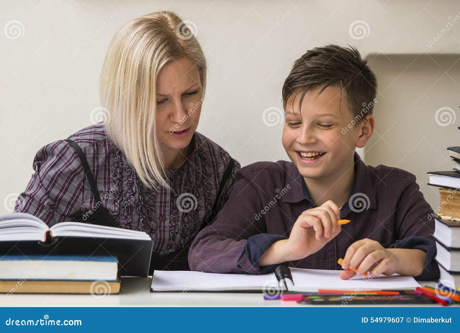 Ung student som är förlovad i kurserna med hans lärare hjälpa