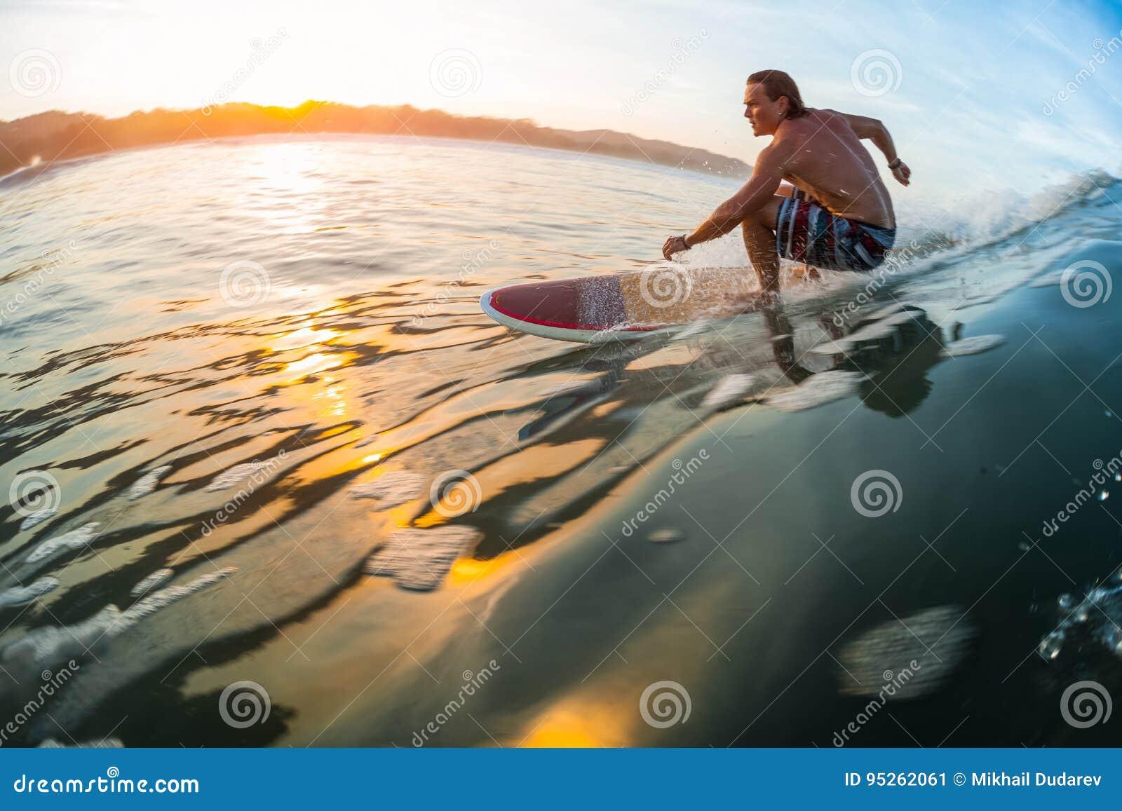 Ung surfare i havet