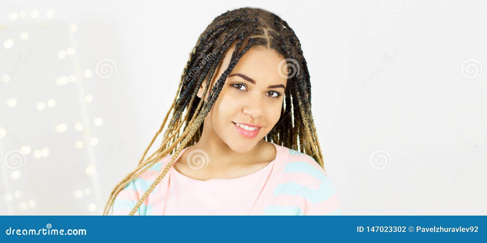 Ung svart kvinna för stående med afro hår Gr? f?rgbakgrund
