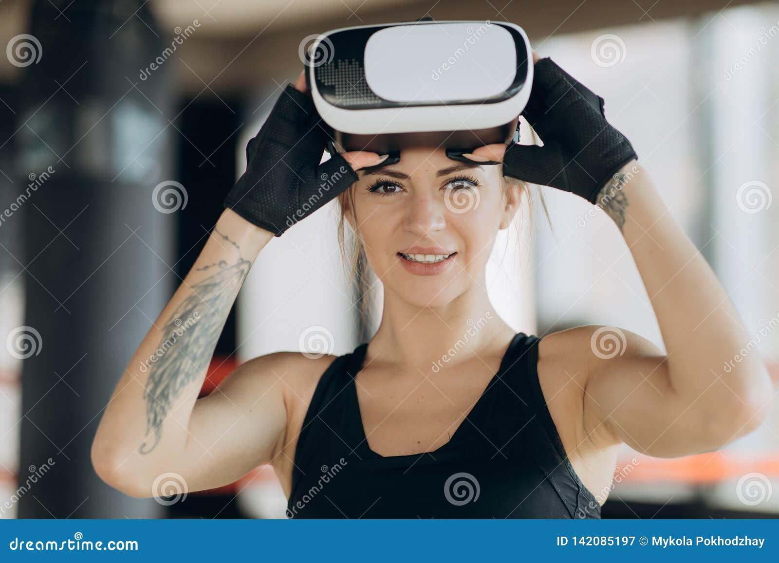 Ung tonårig gamer som bär ökade verklighetexponeringsglas som står i boxningslagställning som spelar den modiga mobila appen för