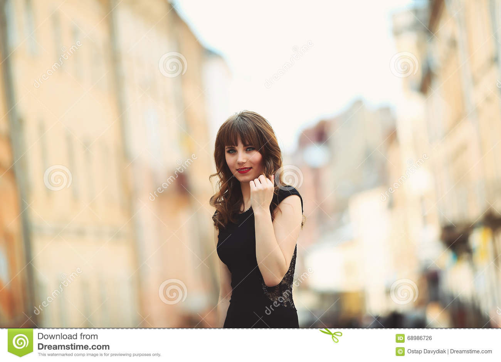 Ung tonårs- flicka som har gyckel i staden