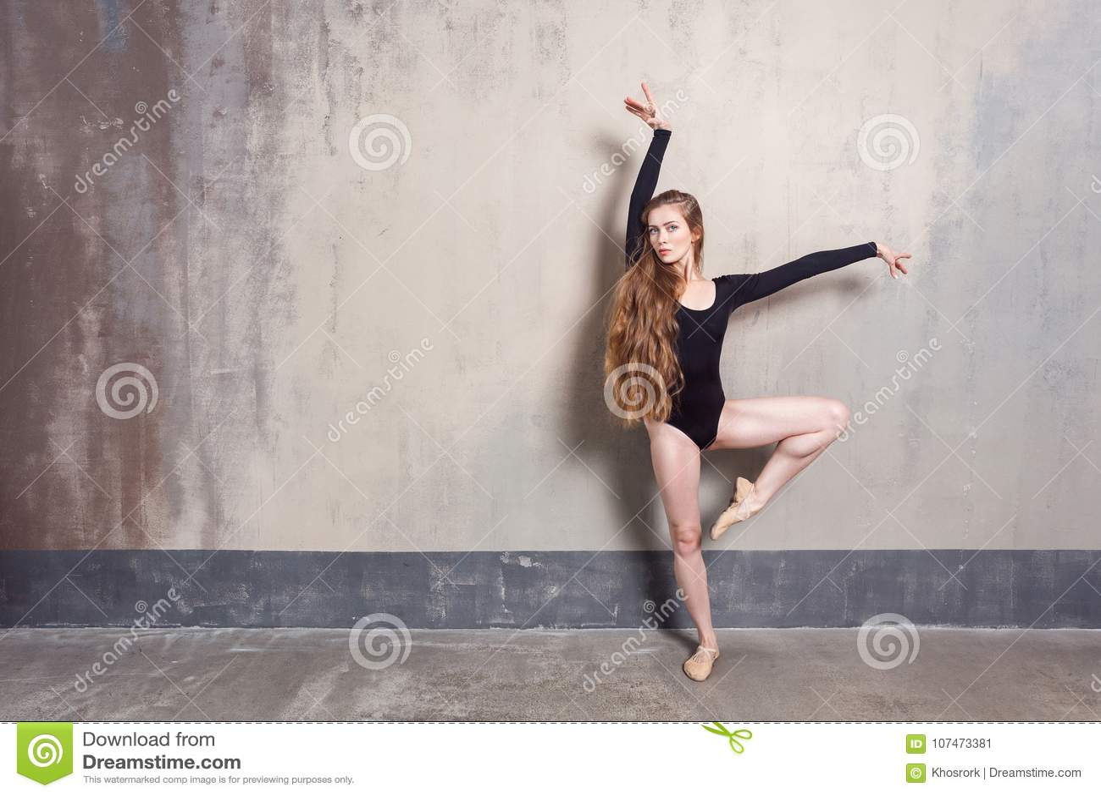 Ung vuxen balettdansör som poserar i studio Modern dans p