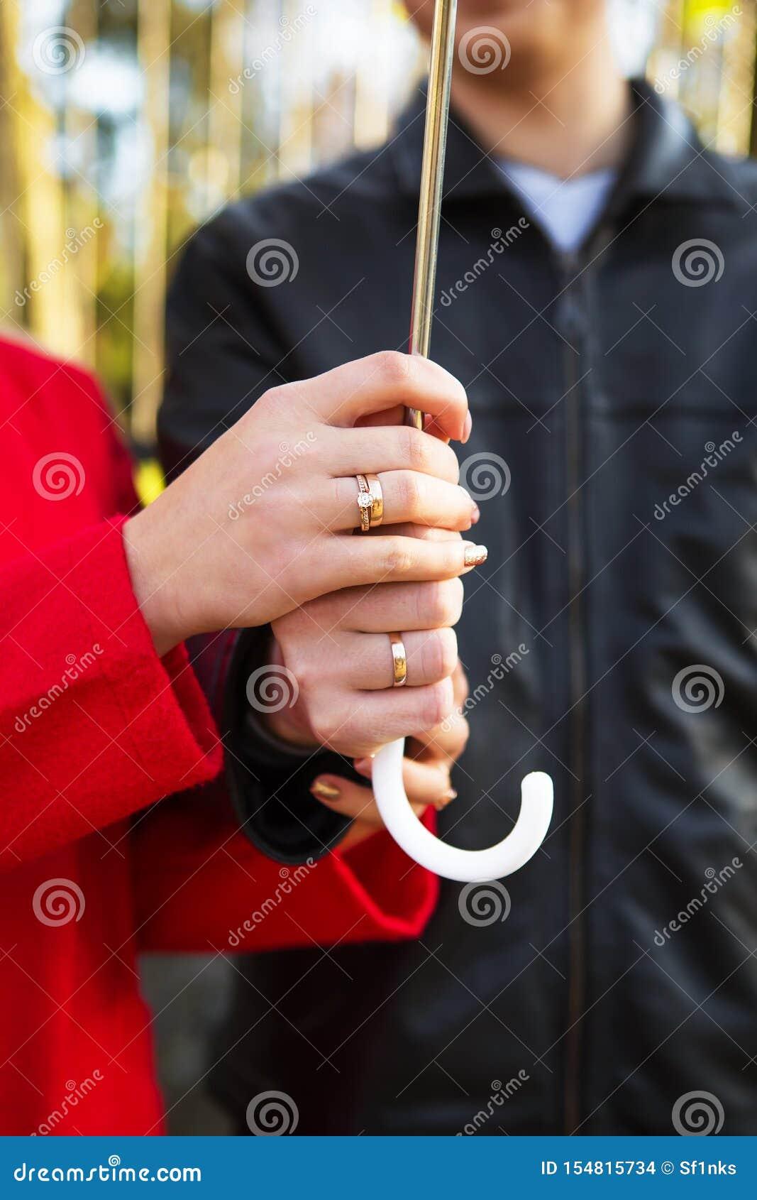 Unga älska par som rymmer paraplynärbild