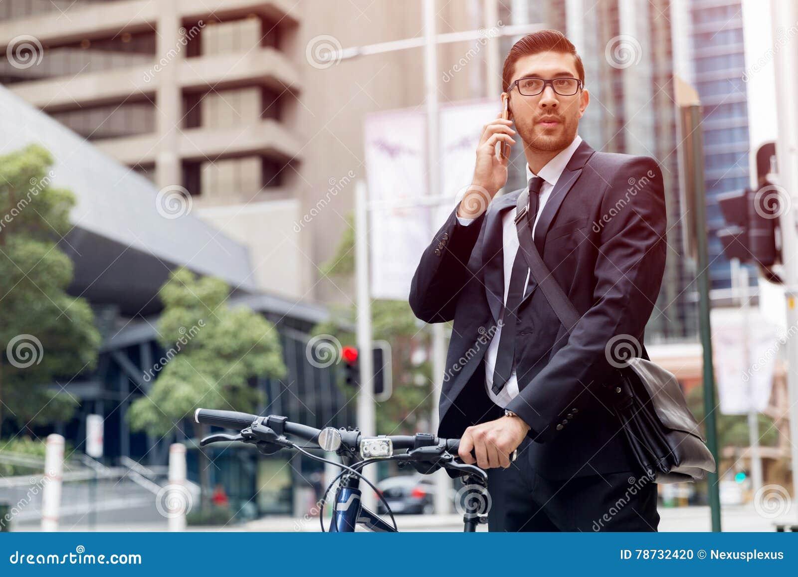 Unga affärsmän med en cykel