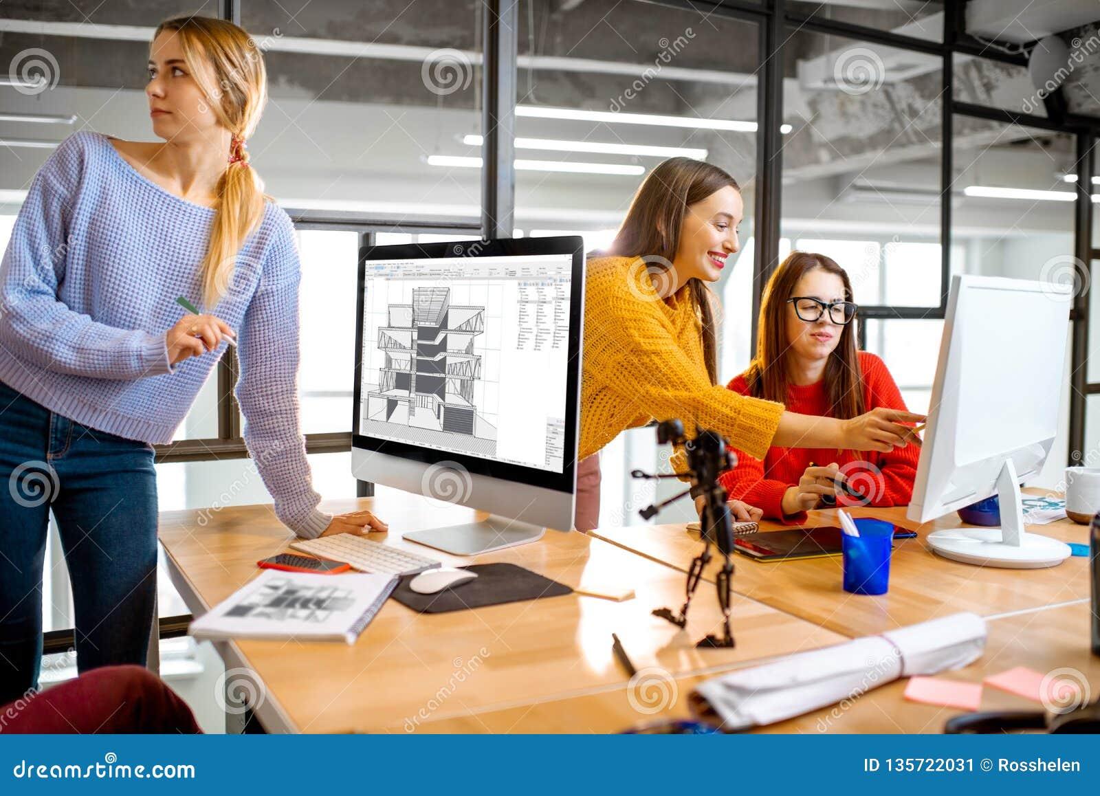 Unga arkitekter som arbetar i kontoret