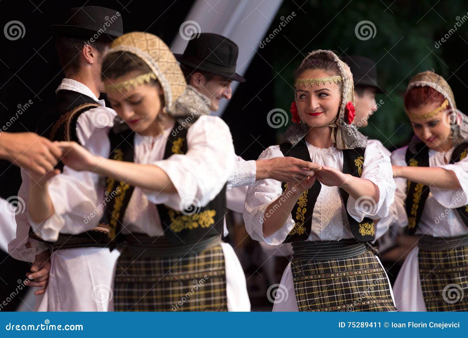 Unga dansare från Rumänien i traditionell dräkt