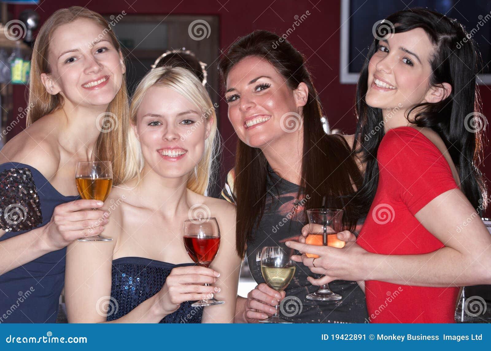 Unga dricka kvinnor för stång