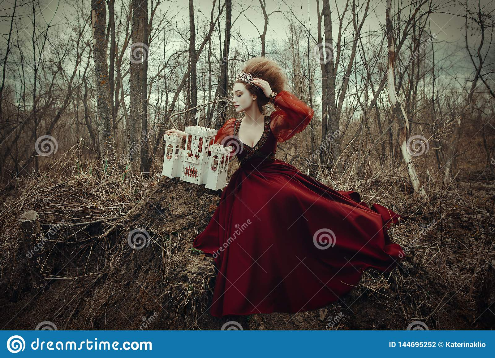 Unga flickan poserar i en röd klänning med den idérika frisyren