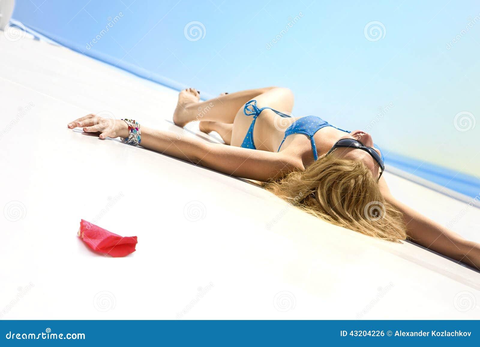 Download Unga Flickan Solbadar På En Yacht I Sommarsolen Arkivfoto - Bild av avkoppling, petal: 43204226