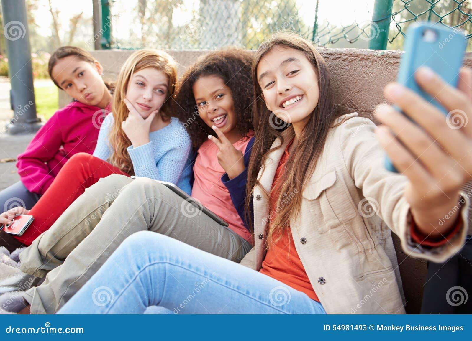 Unga flickor som tar Selfie med mobiltelefonen parkerar in