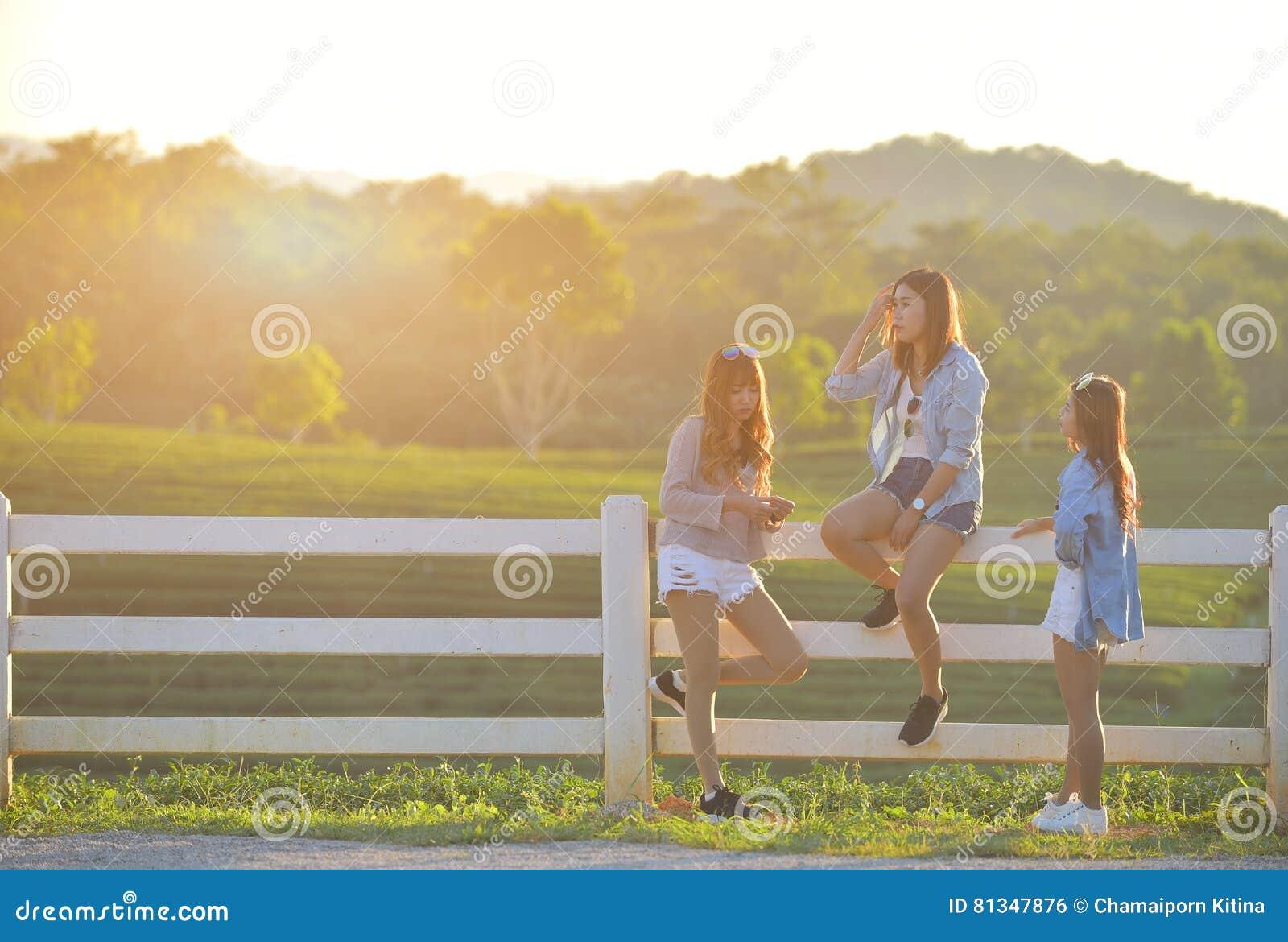 Unga flickor som ut hänger i, parkerar tillsammans