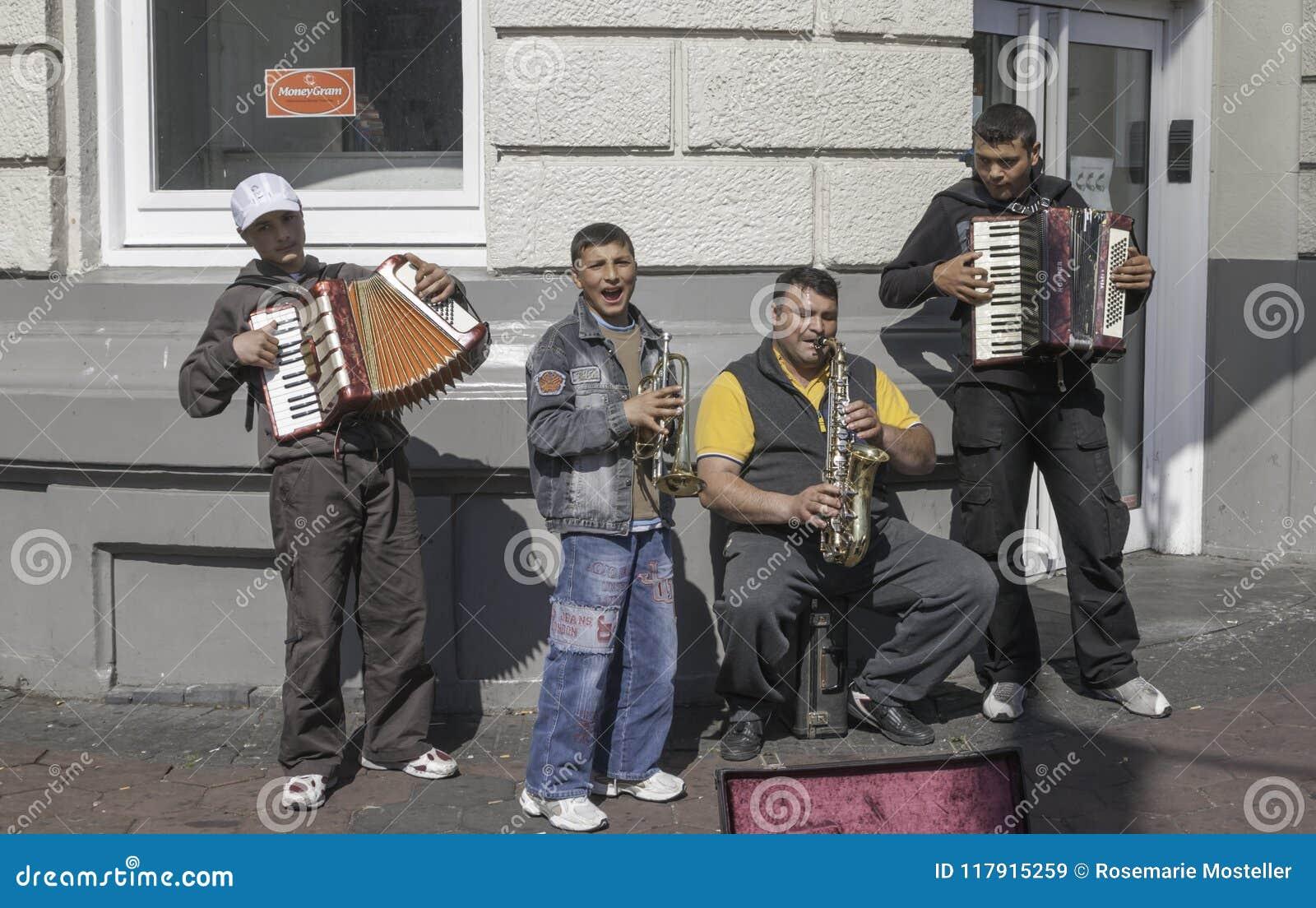 Unga gatamusiker i Amsterdam