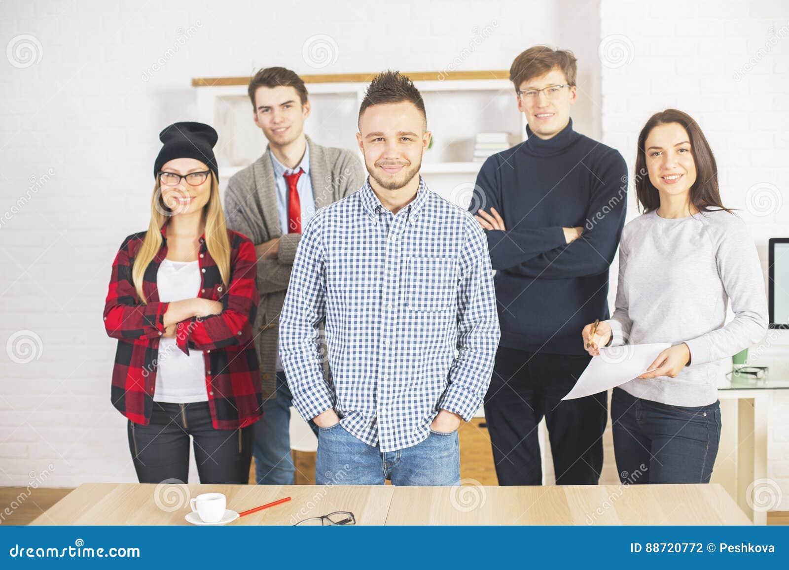 Unga grabbar och flickor i regeringsställning