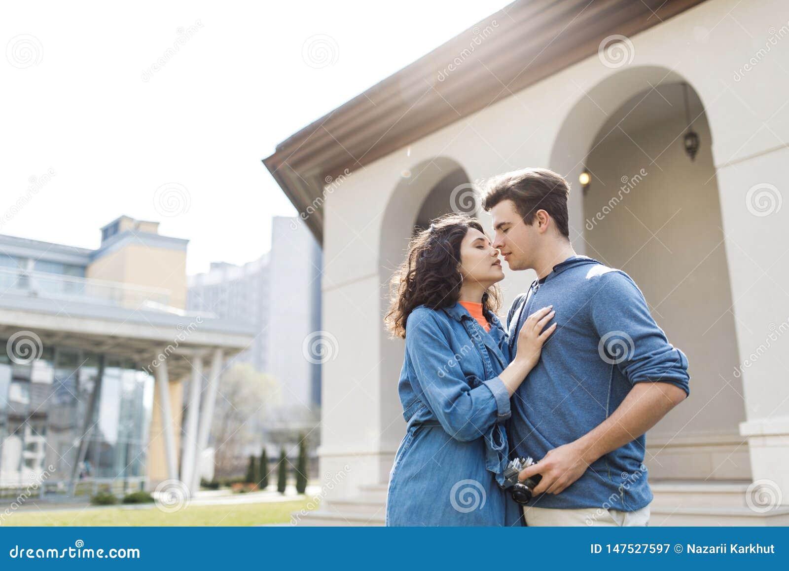 Unga gulliga par - pojke och flicka som går runt om staden och en fotograferar Ett par har rolig utgiftertid tillsammans Datum tv