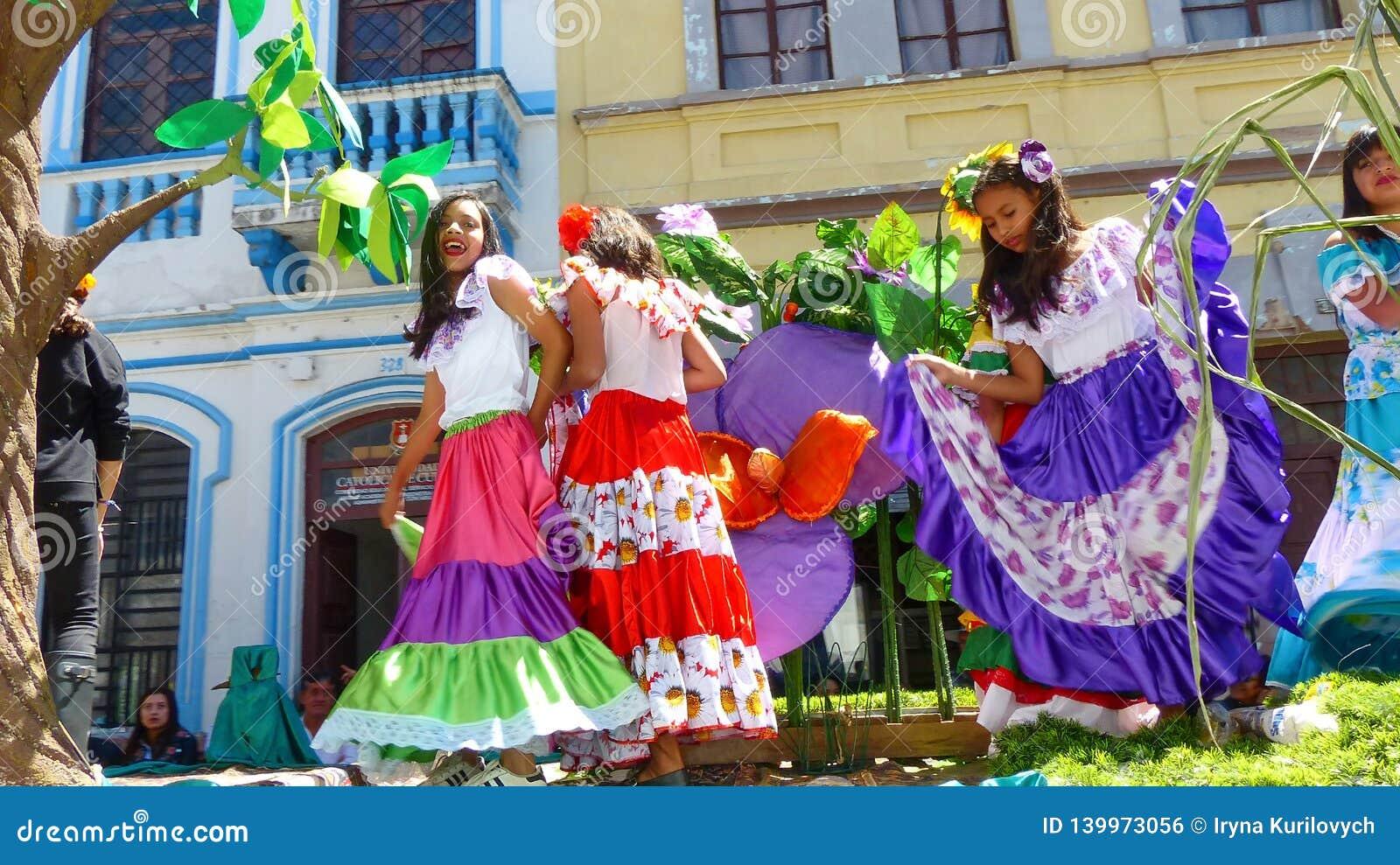 Unga härliga flickadansare från den ecuadorian kusten