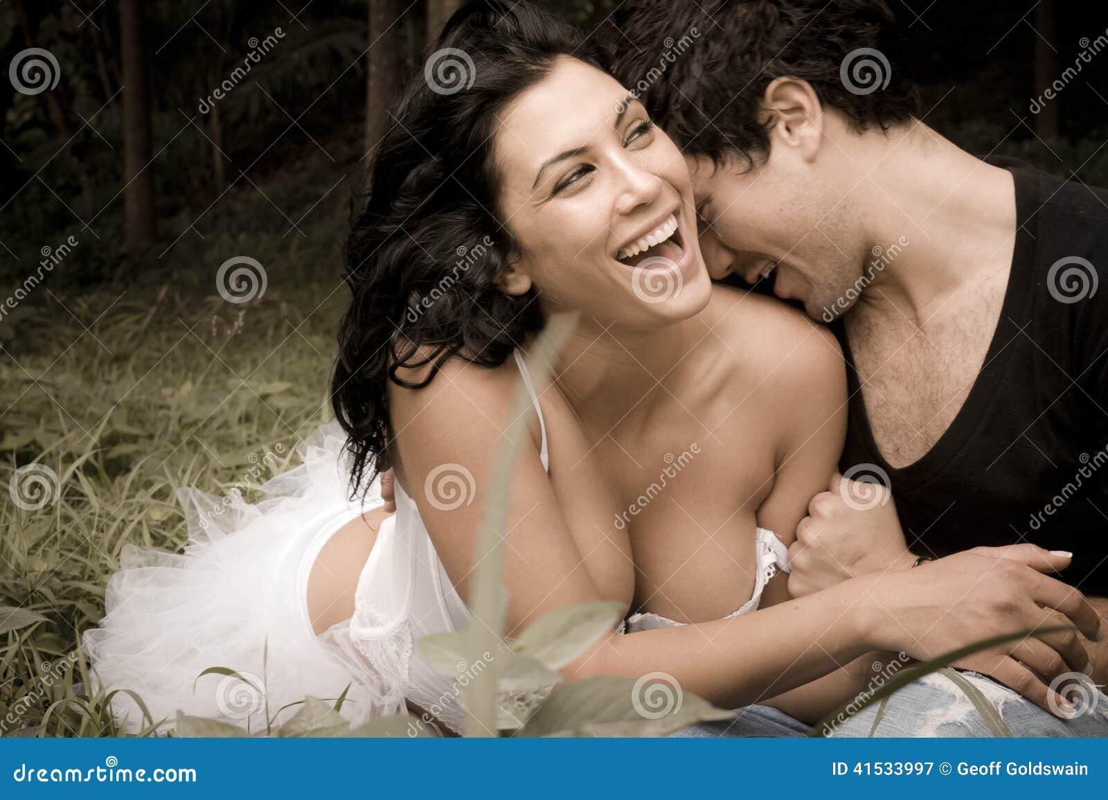 Unga härliga par som har gyckel