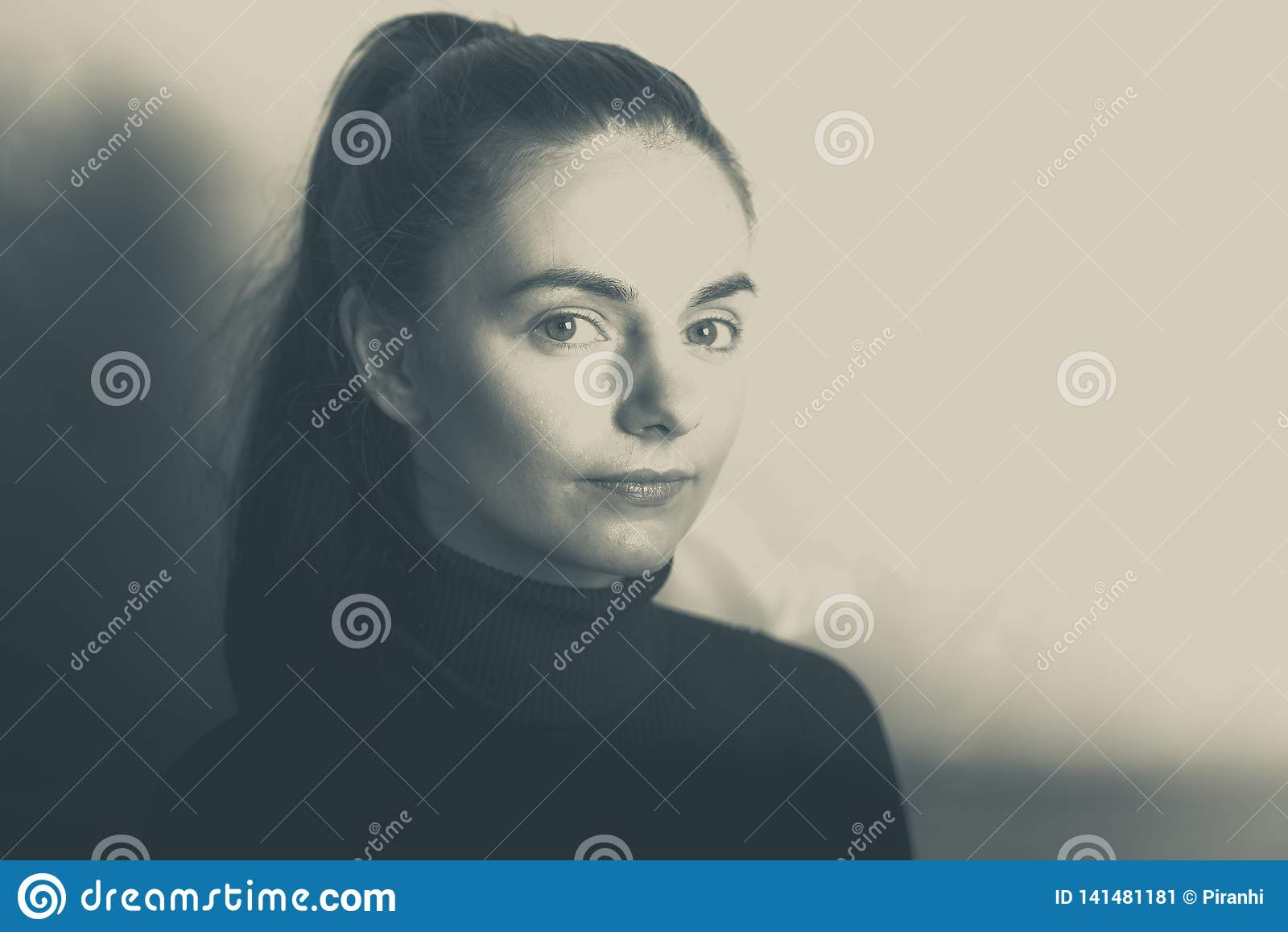 Unga kvinnliga caucasian leenden på kameran