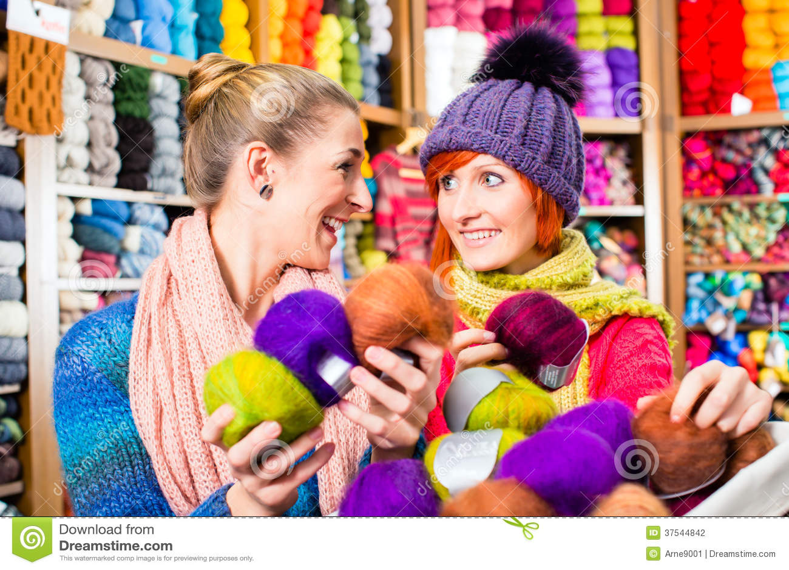 Unga kvinnor i handarbete shoppar
