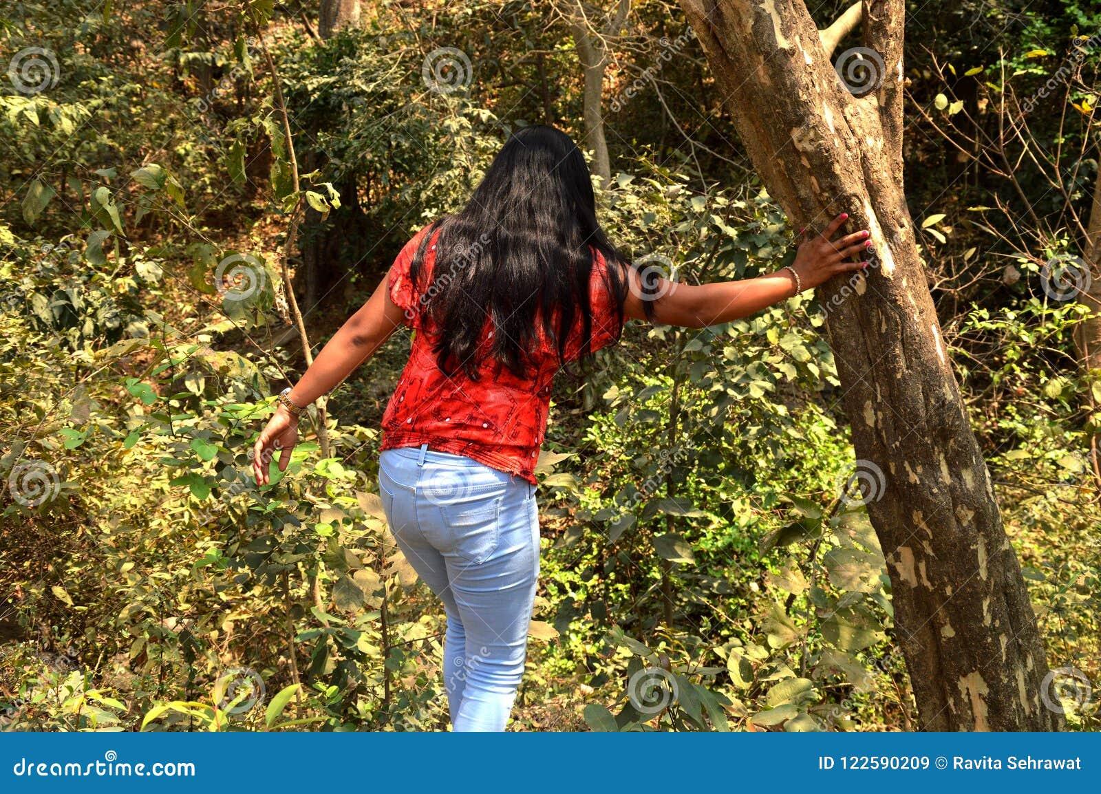 Unga kvinnor i skog