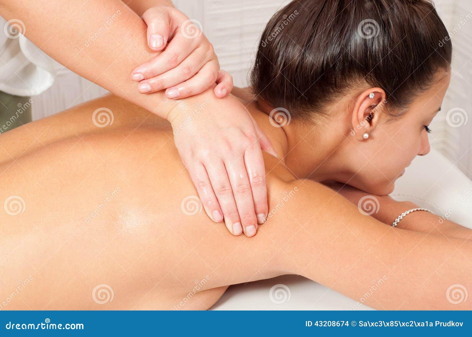 Download Unga Kvinnor Som Får Tillbaka Massage Arkivfoto - Bild av naturligt, händer: 43208674