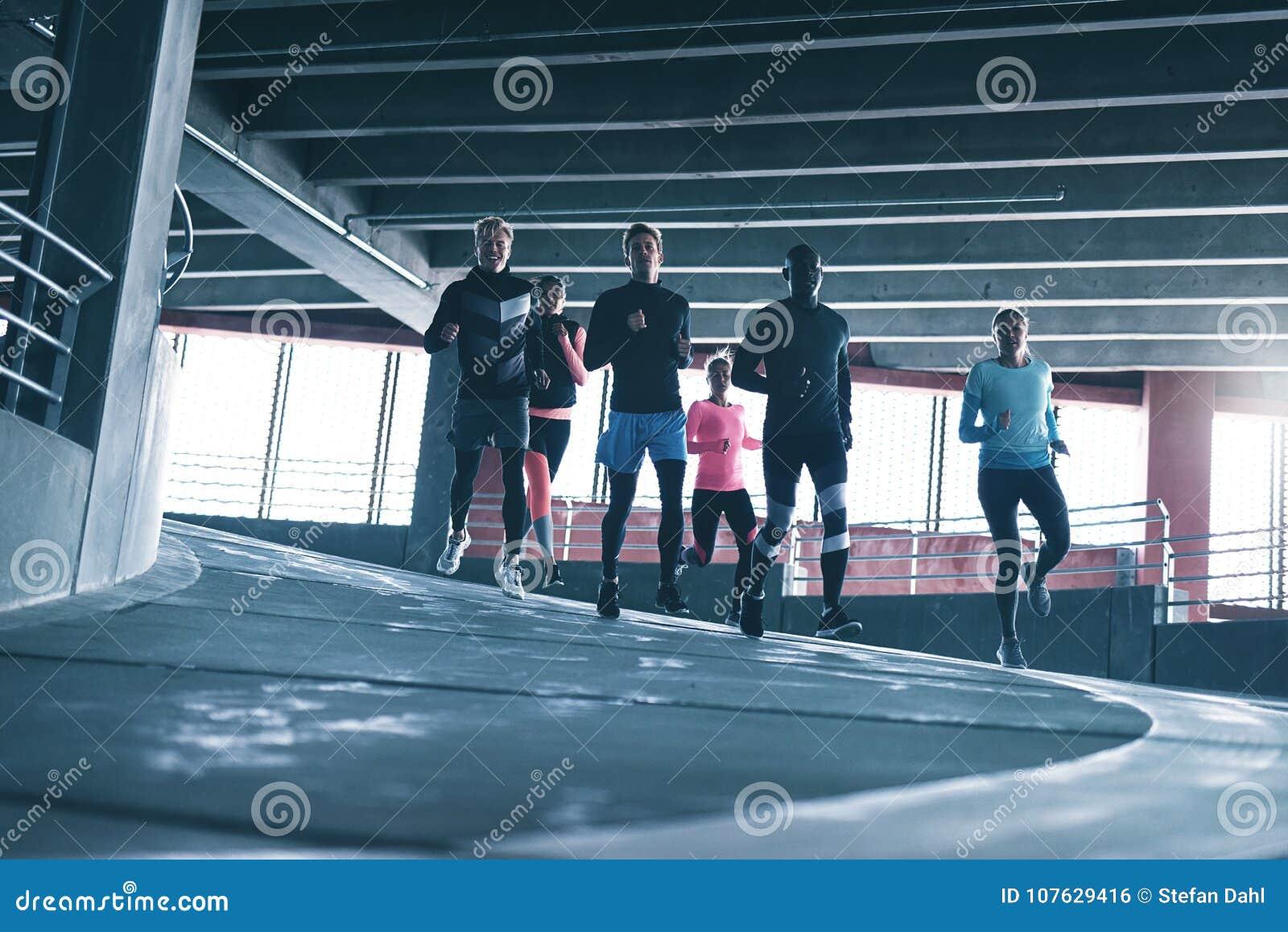 Unga löpare i sportswearutbildning