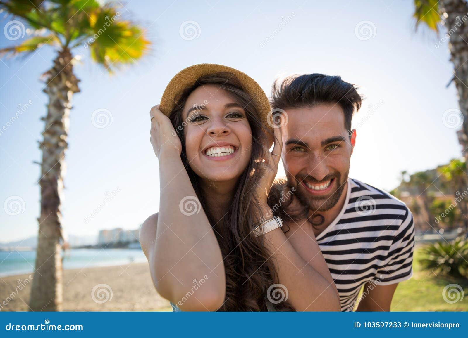 Unga lyckliga par som utanför grinar