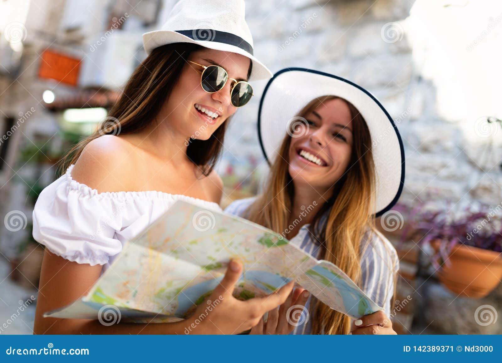 Unga lyckliga turist- kvinnor som reser på sommarsemester Lopp vänner, sommarbegrepp
