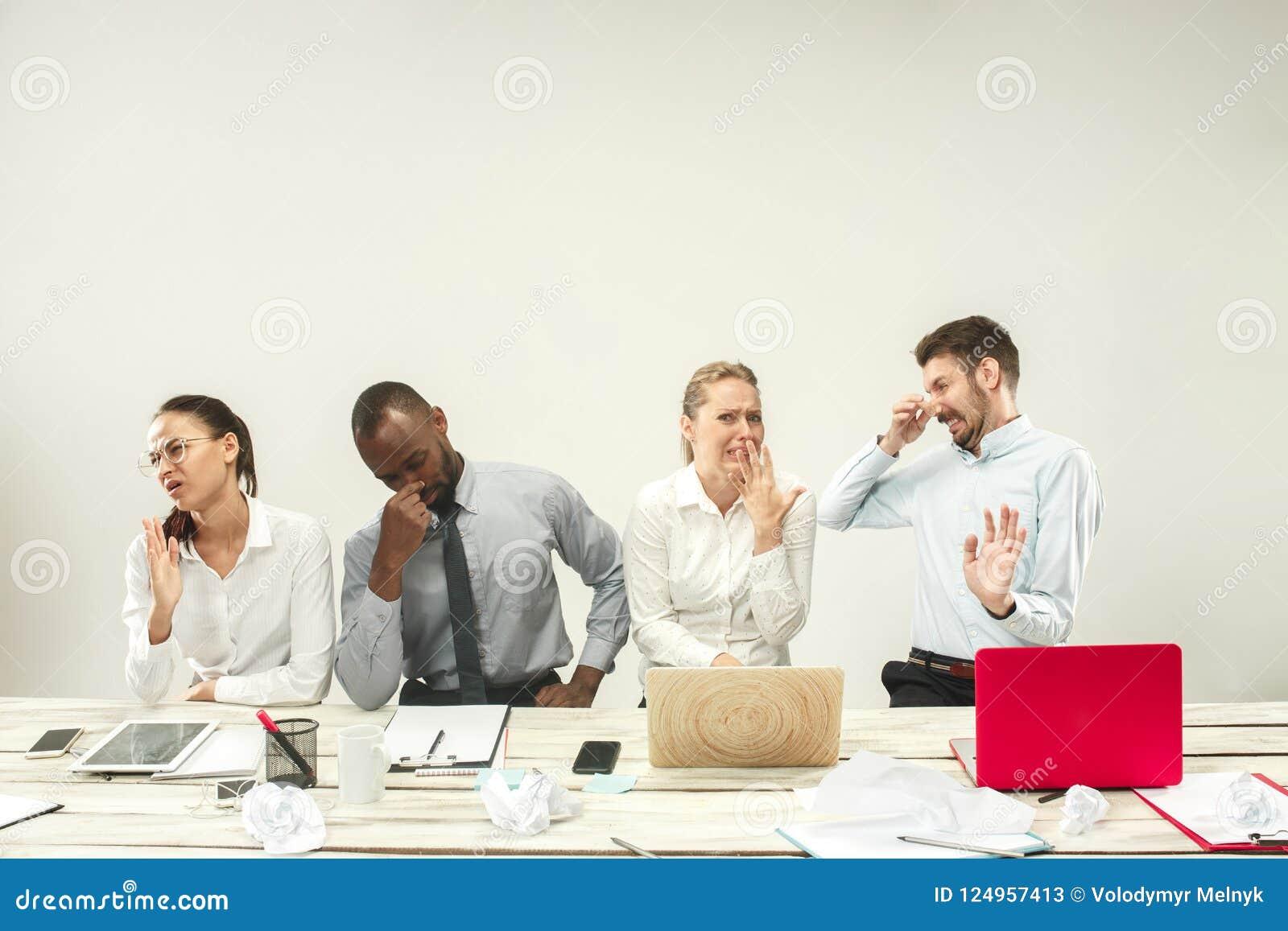 Unga män och kvinnor som sitter på kontoret och arbete på bärbara datorer Sinnesrörelsebegrepp