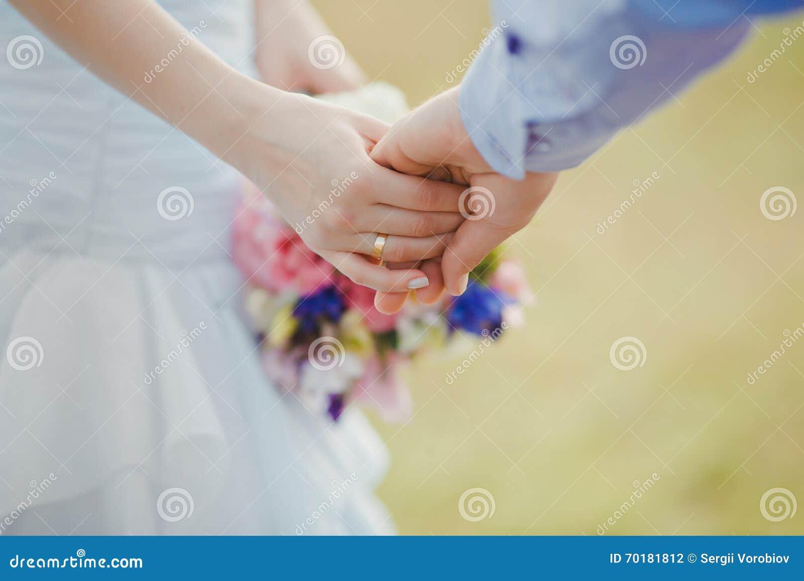 Unga och lyckliga gift parinnehavhänder roman