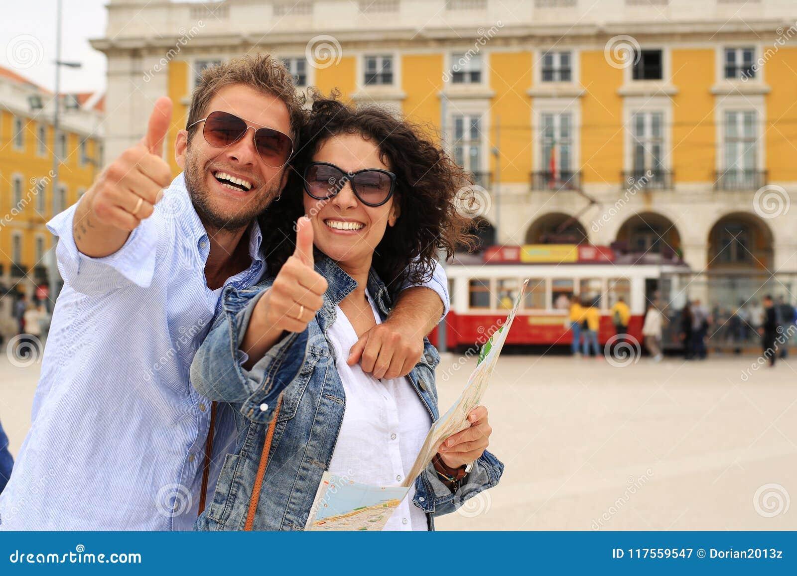 Unga par av turister på ferie i Europa