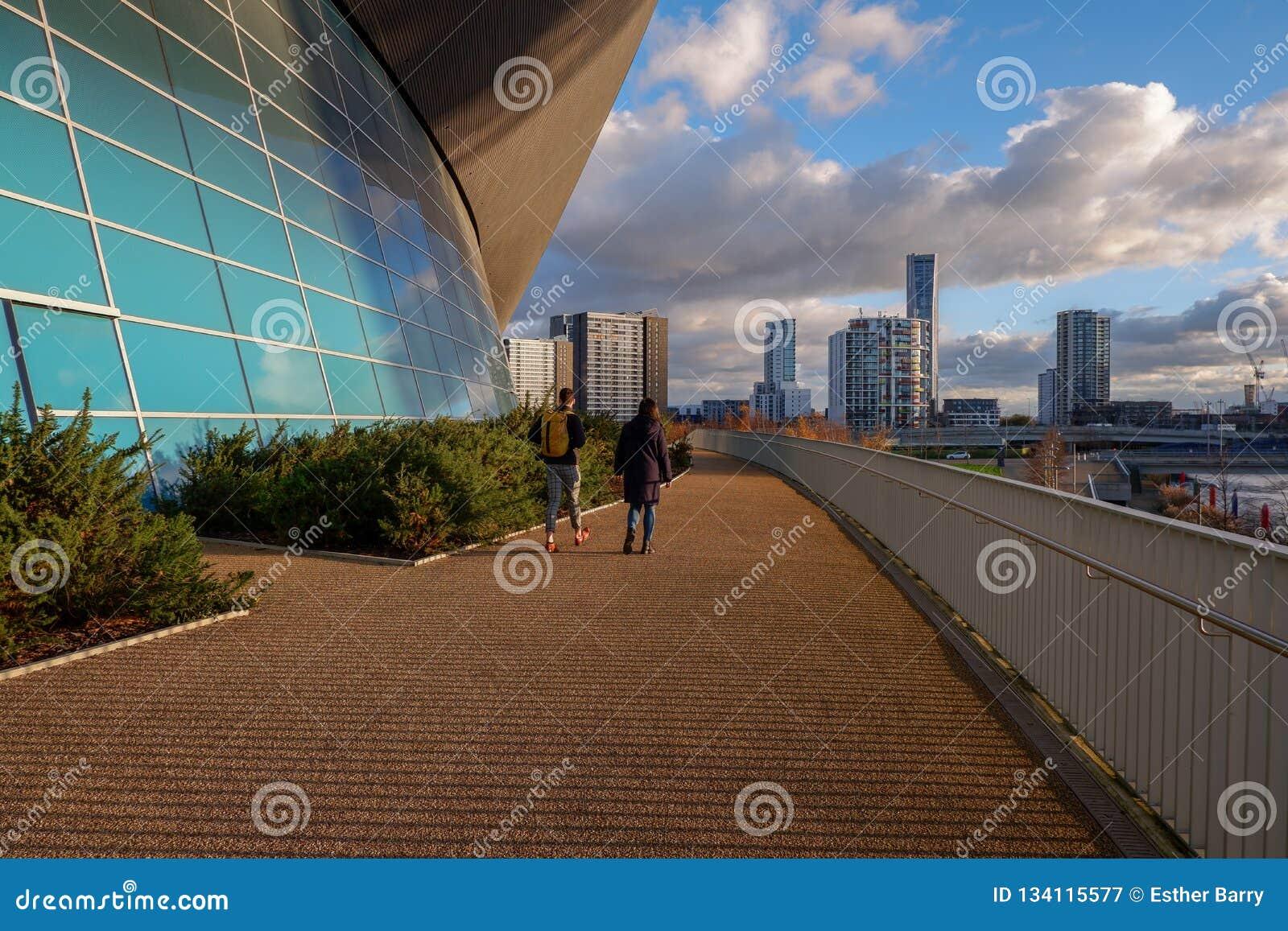 Unga par går i drottningen Elizabeth Olympic Park