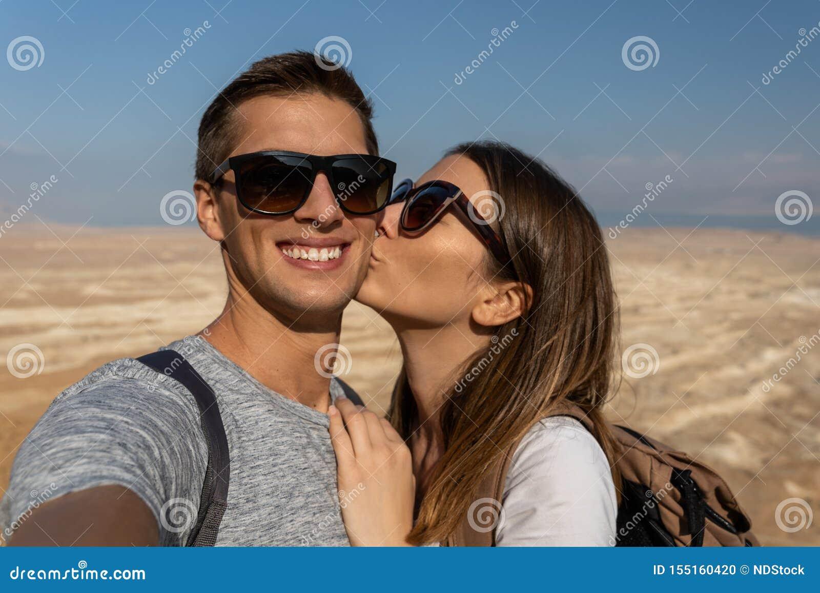 Unga par som tar en selfie i öknen av Israel