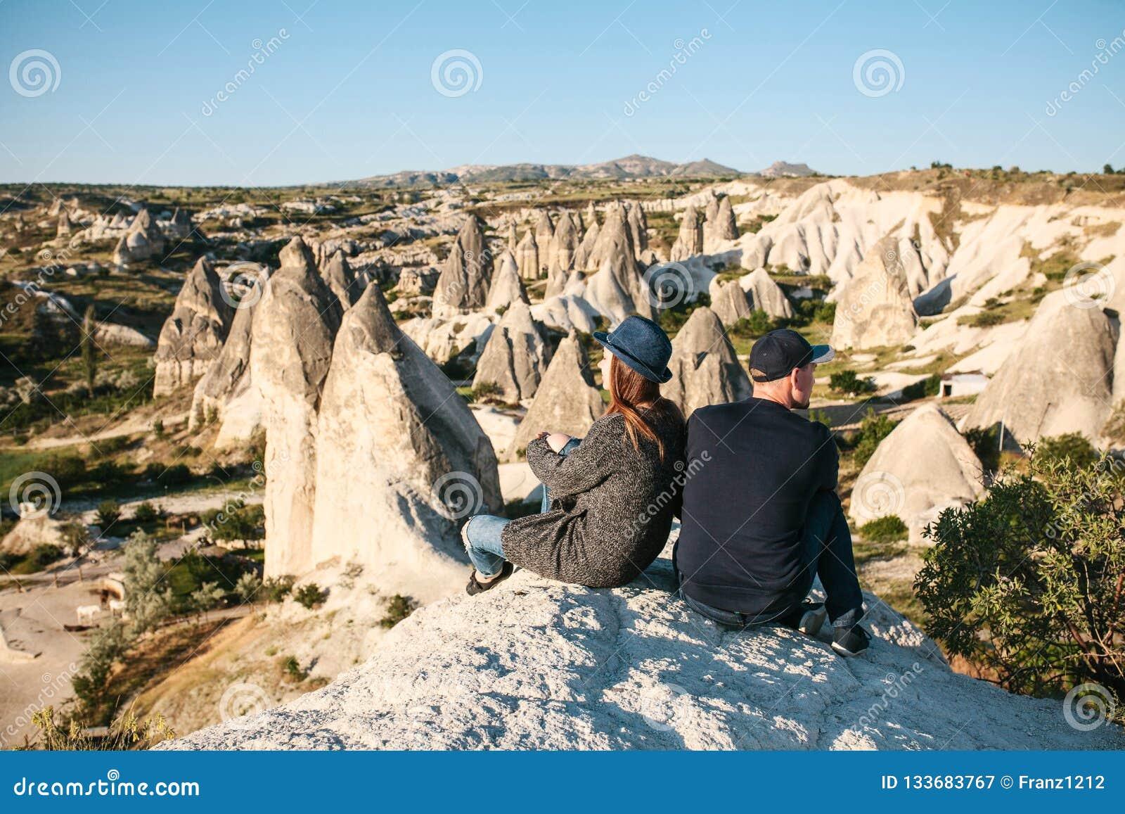 Unga par spenderar tid som beundrar tillsammans det härliga naturliga landskapet