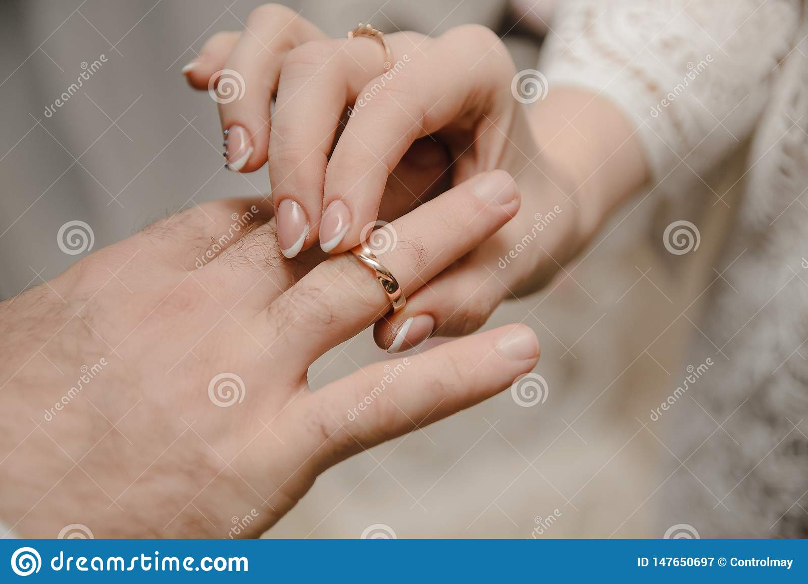 Unga parutbytescirklar på den gifta sig ceremonin