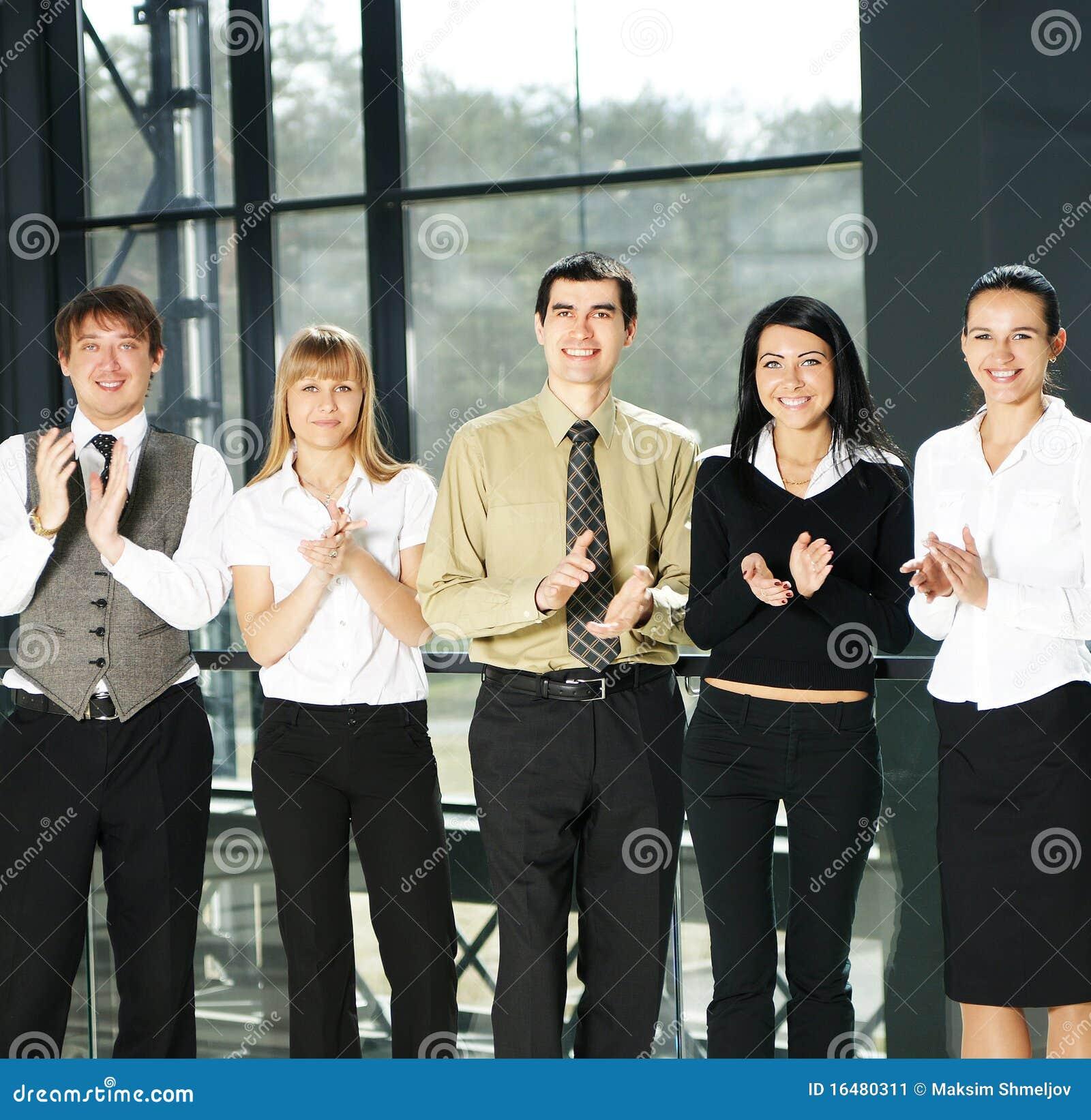 Unga personer för businessteam fem
