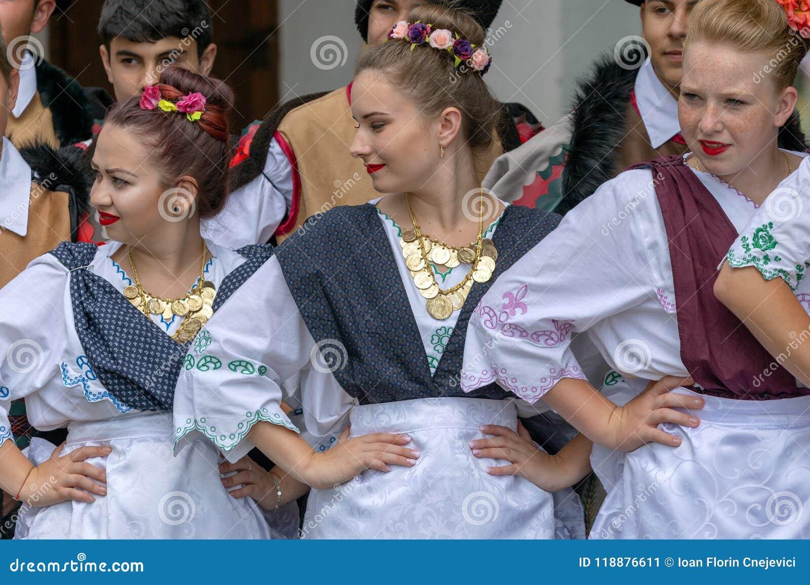 Unga serbiska dansare från Banat, i traditionella dräkter, visar