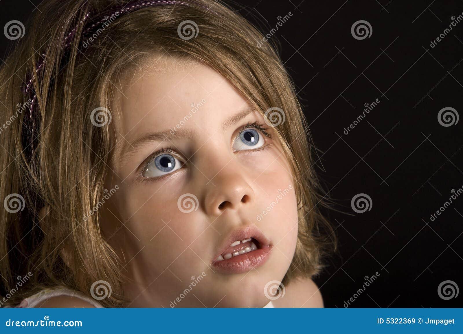 Unga stora blonda blåa ögon