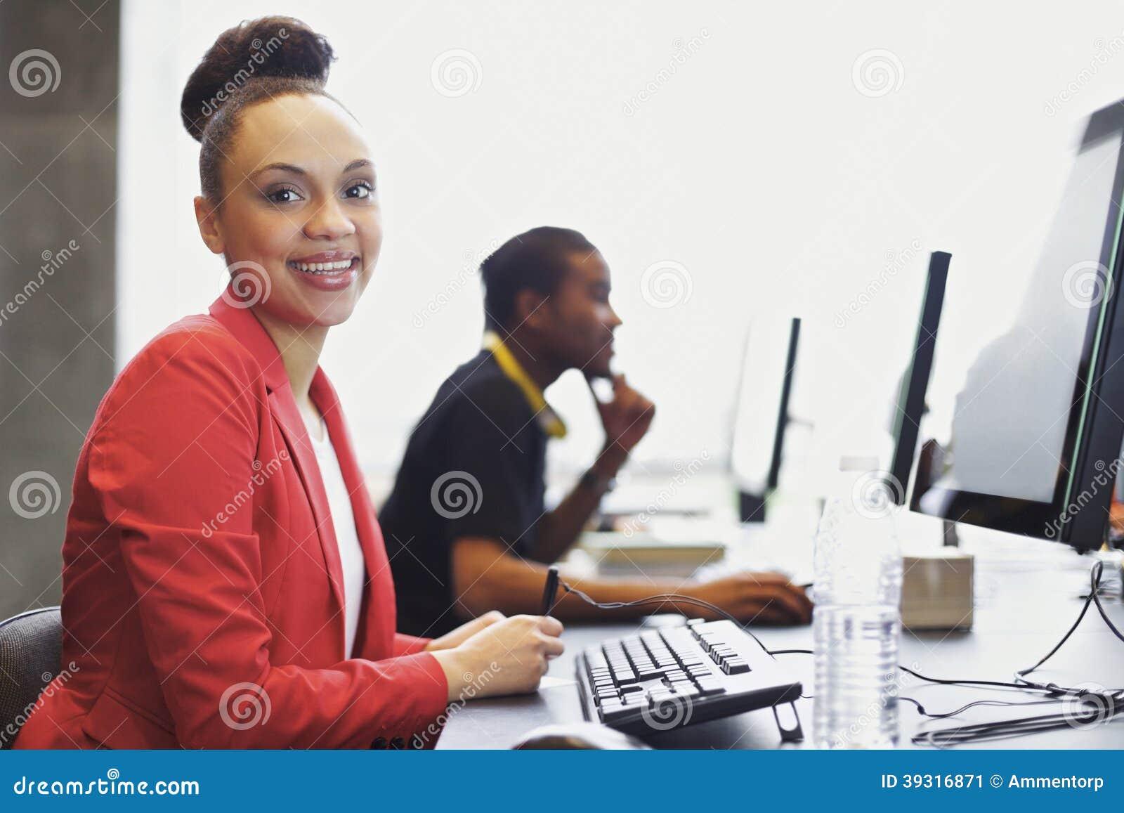 Unga studenter på högskoladatorlabbet