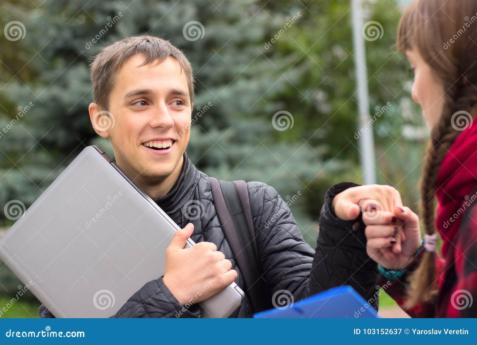 Unga studentvänner som talar på högskolan