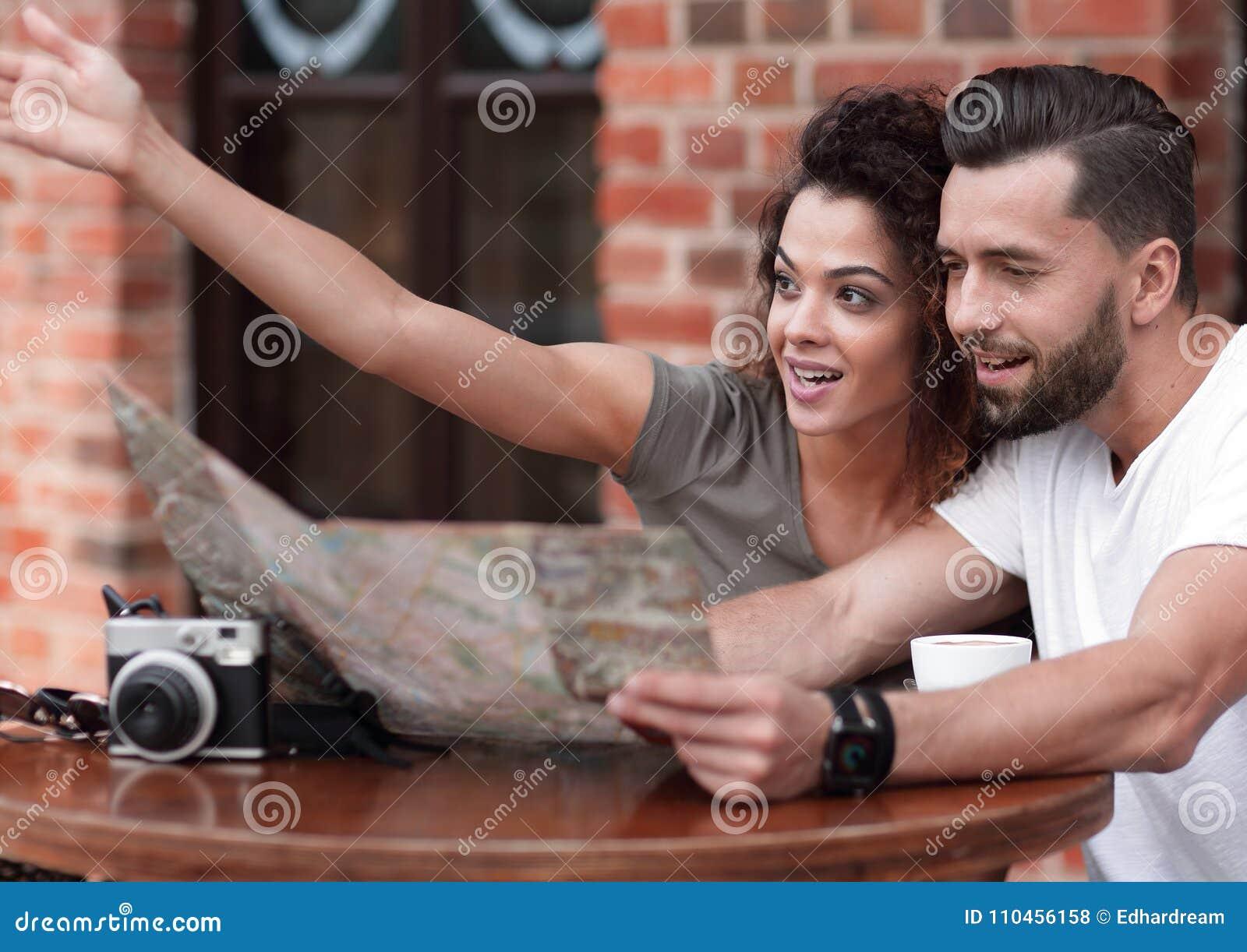 Unga turister som har kaffe på kafé- och läsningöversikten