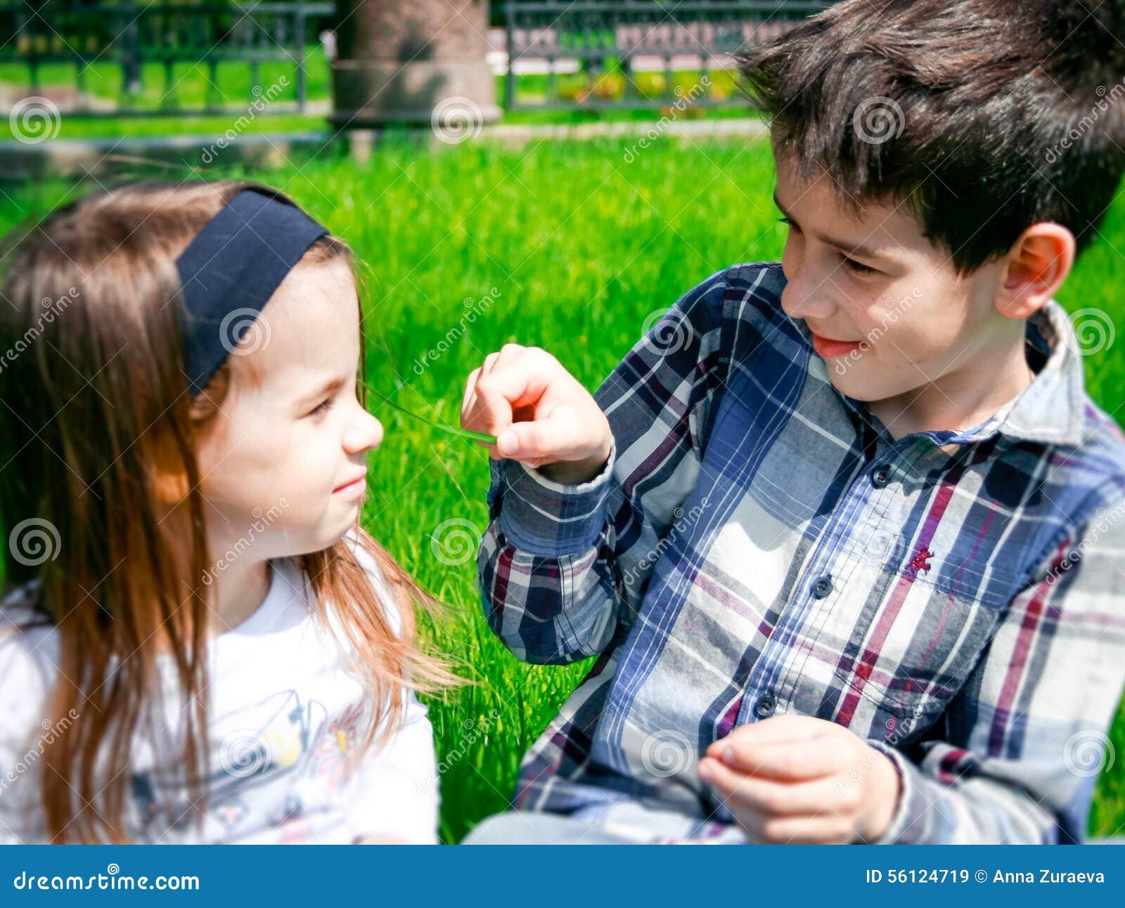 Unga ungar på gräset